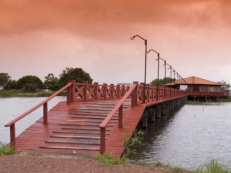 桥梁红色木