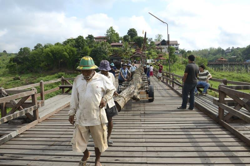 桥梁维修服务工作者 库存照片