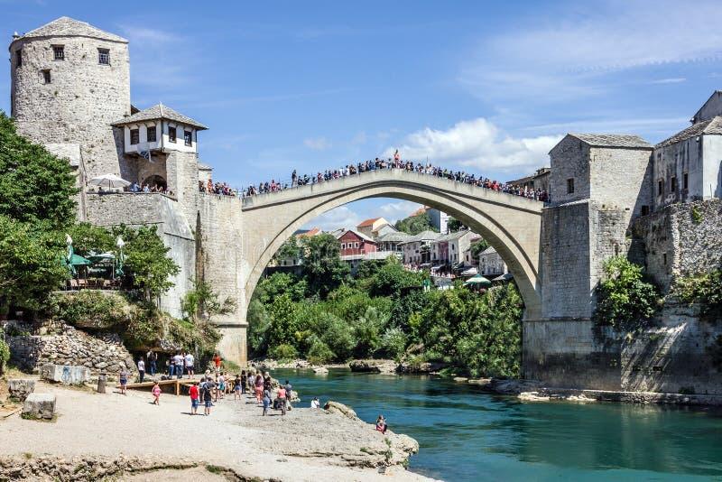 桥梁老莫斯塔尔 达成协议波斯尼亚夹子色的greyed黑塞哥维那包括专业的区区映射路径替补被遮蔽的状态周围的领土对都市植被 免版税图库摄影
