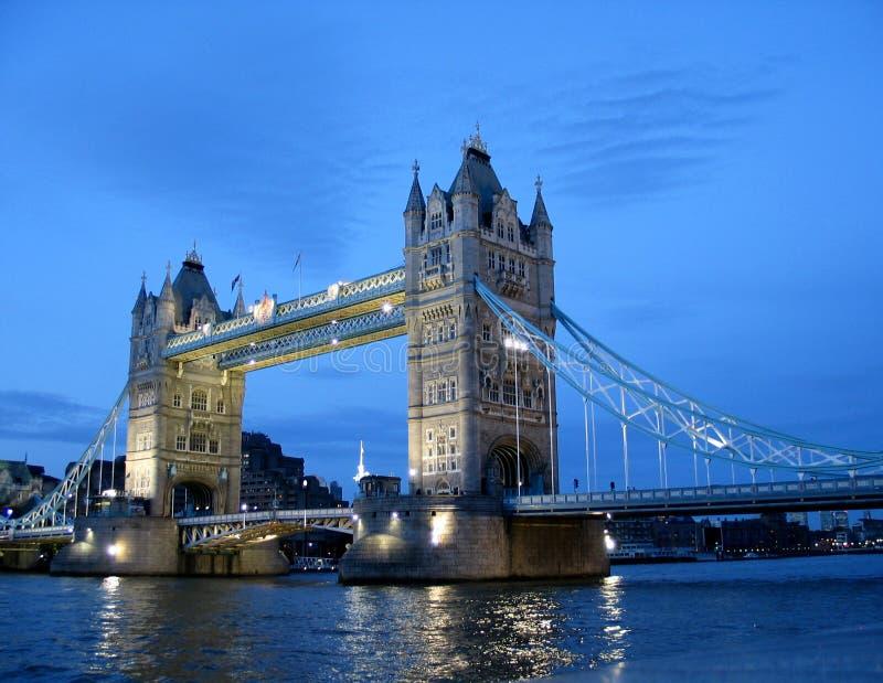 桥梁薄暮伦敦塔视图 免版税库存照片