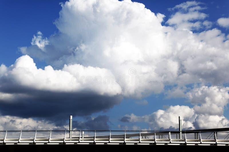 桥梁覆盖天空 库存图片