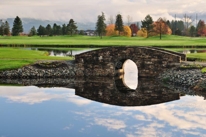 桥梁路线在石头的小河高尔夫球 库存照片