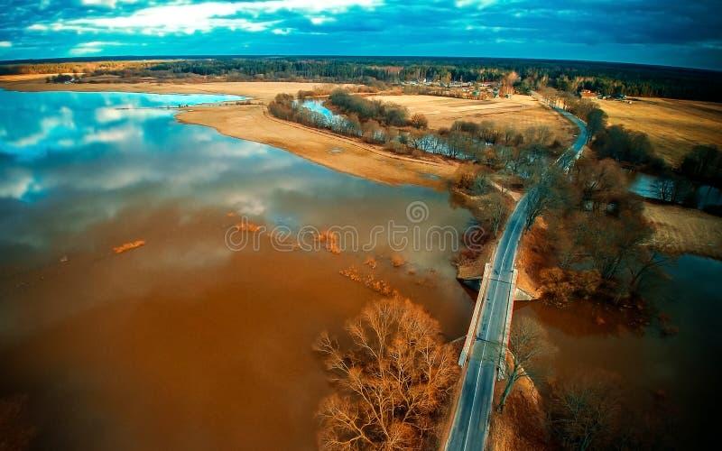 桥梁路通过水 免版税库存图片