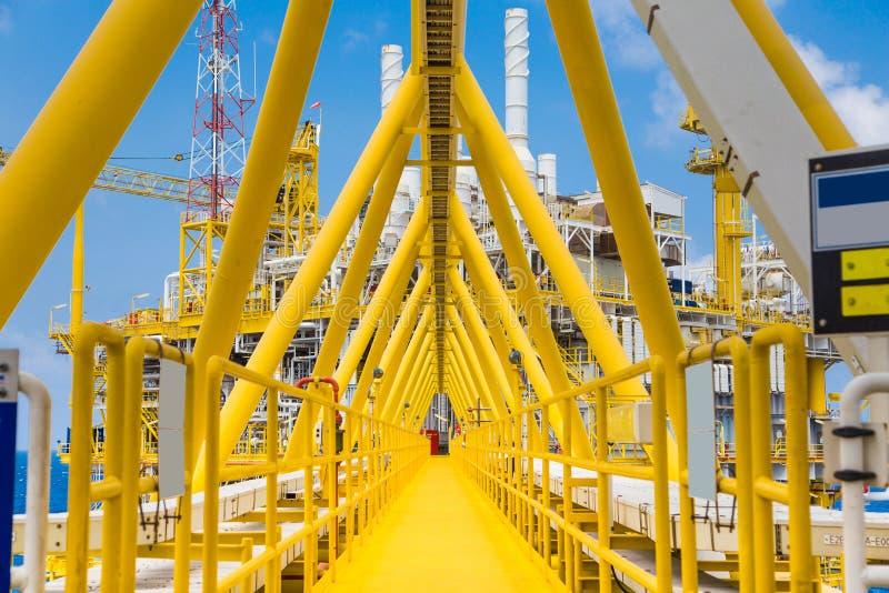 桥梁连接在处理平台和适应的油和煤气之间 库存图片