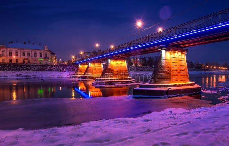 桥梁通过河Uzh在晚上 库存图片