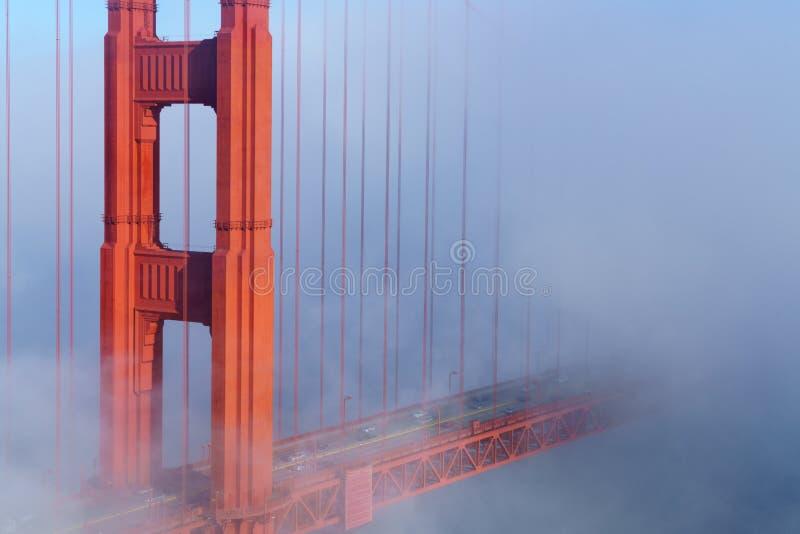 桥梁金黄雾的门 免版税库存照片