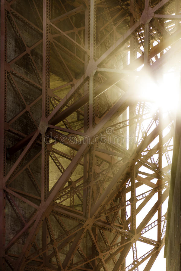 桥梁门金黄下面 库存图片