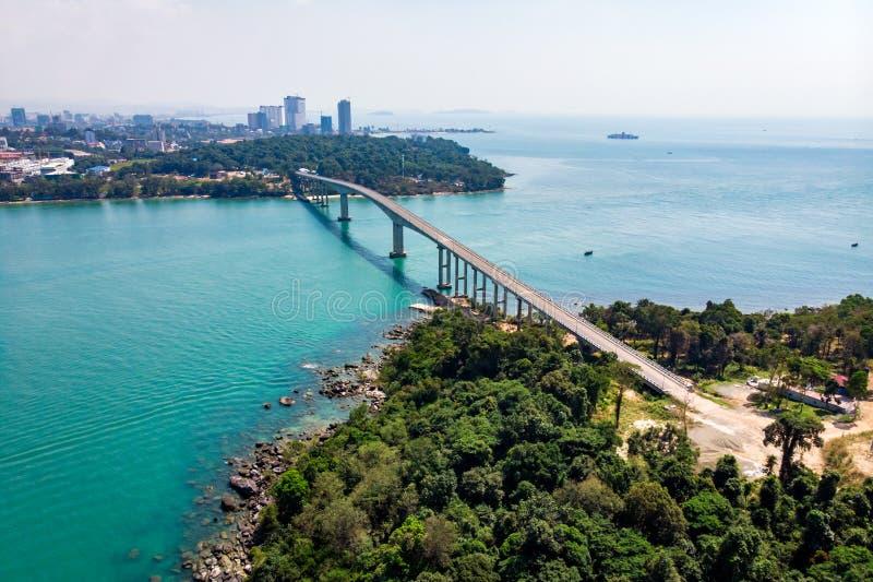 桥梁风景鸟瞰图在海的 曲折前进海岛酸值的桥梁TECHO MORAKAT PUOS 西哈努克 E 顶视图天线 图库摄影