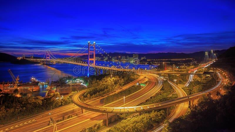 桥梁香港ma tsing晚上的场面 免版税库存图片