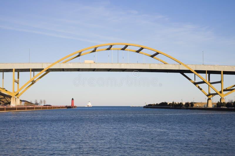 桥梁高速公路湖 库存照片