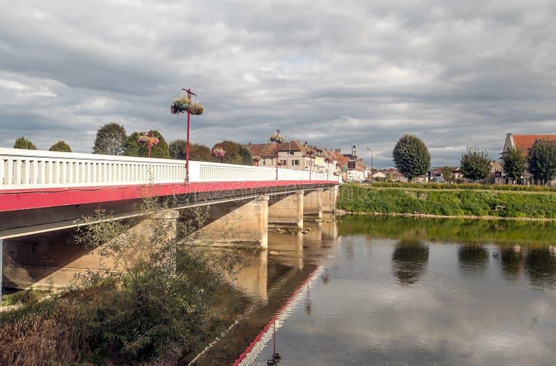 桥梁临近河 免版税库存图片