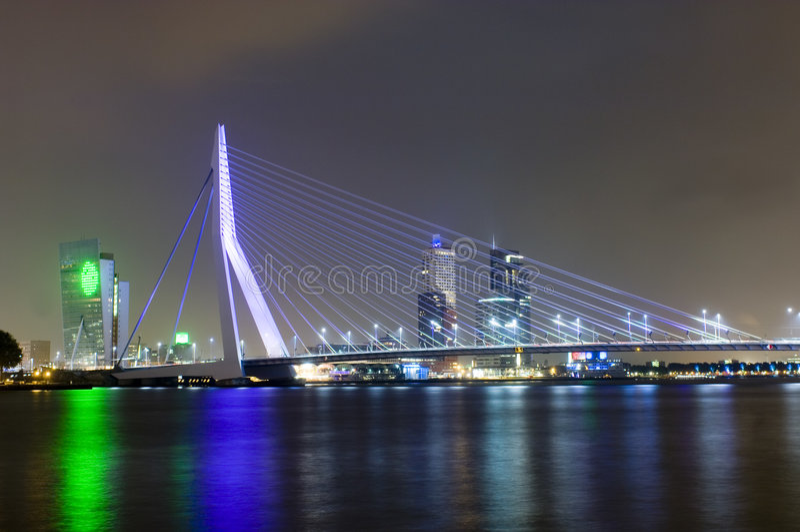 桥梁erasmus晚上 免版税库存图片