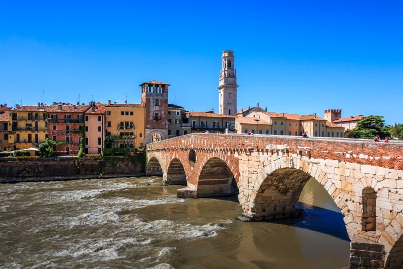 桥梁Ponte彼得拉在维罗纳,在谷边,在阿迪杰河,威尼托,意大利的石桥梁的看法 免版税图库摄影