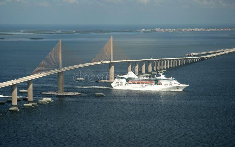 桥梁skyway的游轮 免版税图库摄影