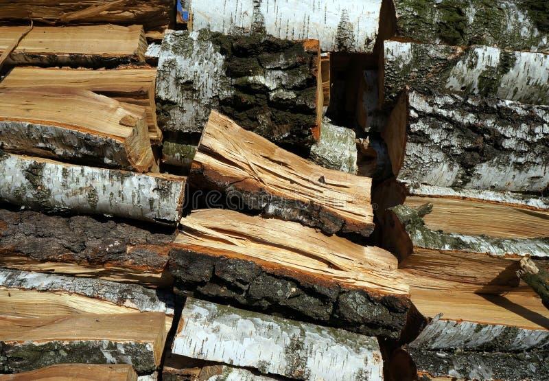 桦树木头,在堆组成的木柴,背景 免版税库存图片