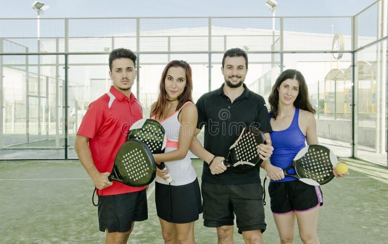 桨摆在为macht的网球夫妇 免版税库存照片