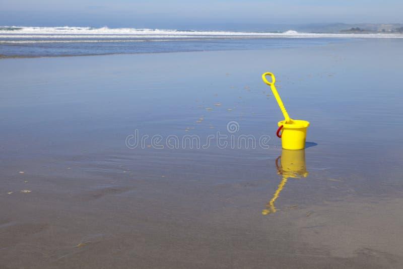 桶和小铲在海滩 库存图片