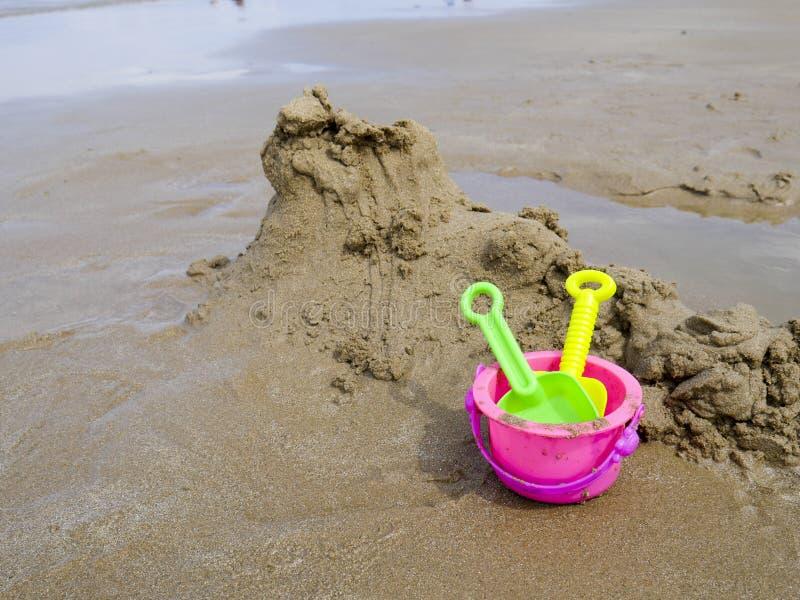 桶和小铲孩子的海滩夏天概念的 库存照片
