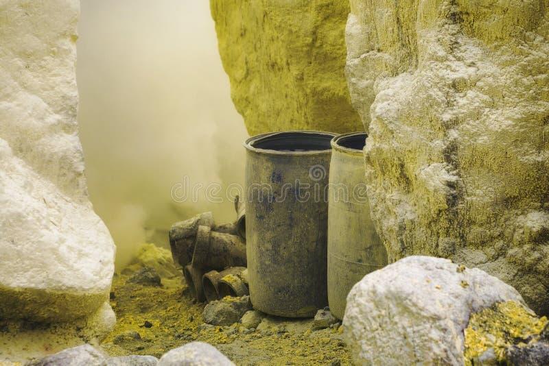 桶和管子在伊真火山火山里面, Java,印度尼西亚火山口  库存照片