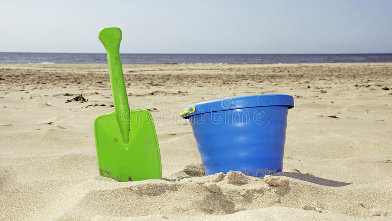 桶和铁锹在海滩 免版税图库摄影
