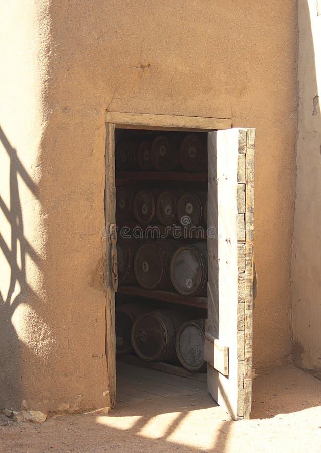 桶在一个酿酒厂通过地窖的门 免版税库存图片