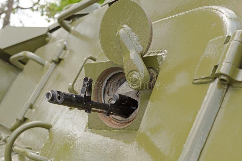 桶在被转动的装甲的队伍载体发射孔的机器 库存照片