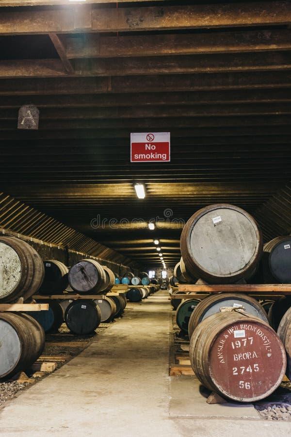 桶在Brora槽坊仓库里面的威士忌酒在苏格兰,在前面的罕见的Brora威士忌酒 免版税图库摄影