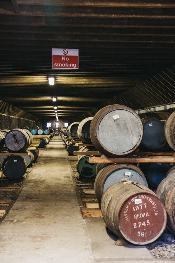 桶在Brora槽坊仓库里面的威士忌酒在苏格兰,在前面的罕见的Brora威士忌酒 图库摄影