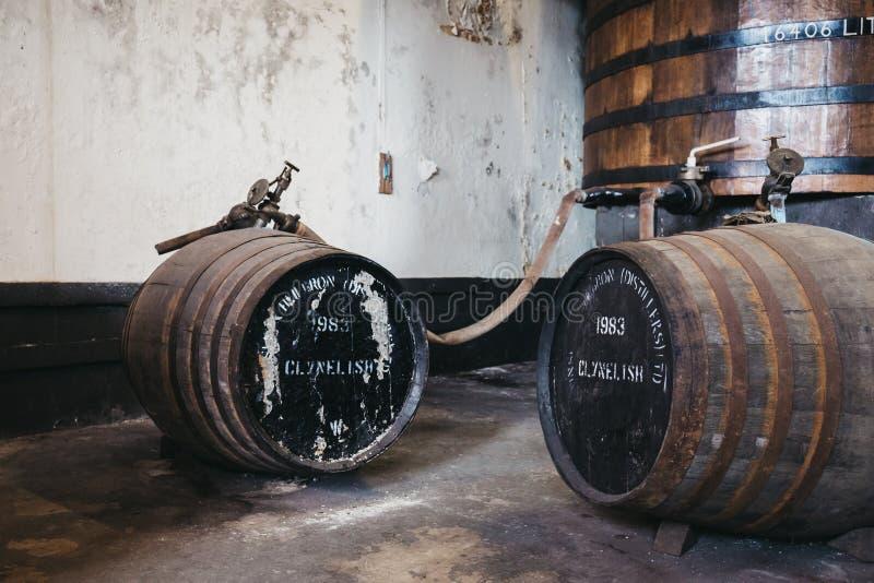 桶在Brora槽坊,苏格兰里面的Clynelish威士忌酒 免版税图库摄影