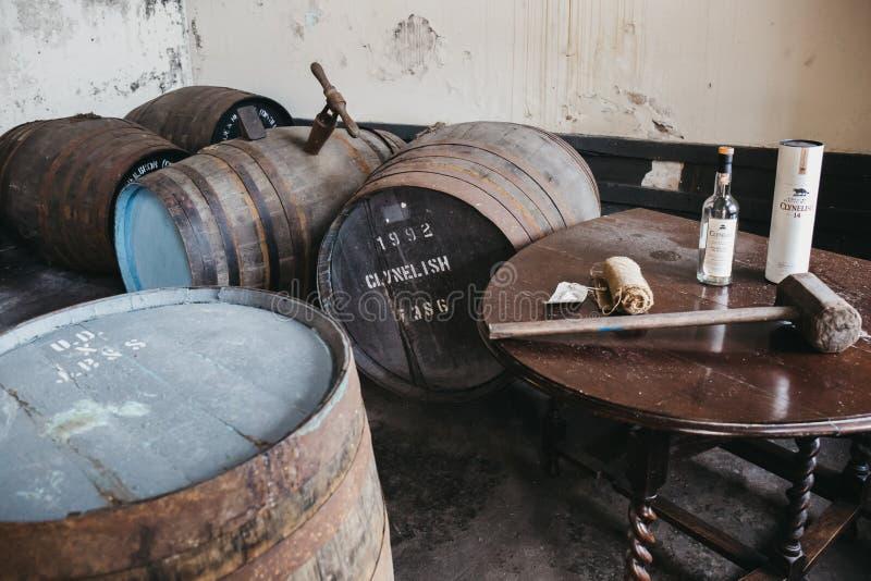 桶在Brora槽坊,苏格兰里面的Clynelish威士忌酒 免版税库存照片