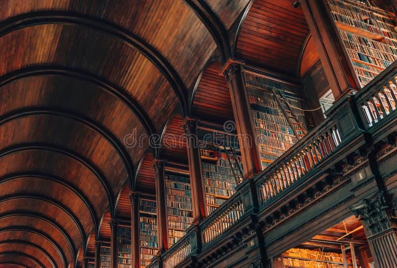 桶天花板和书画廊在长的室里面在老图书馆,三位一体Colege,都伯林,爱尔兰里 库存照片