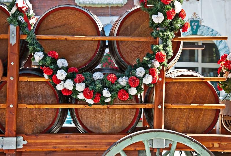 桶或小桶在购物车的啤酒 库存照片