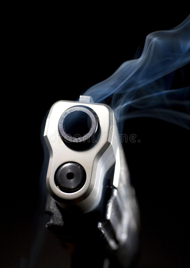 Download 桶抽烟 库存照片. 图片 包括有 抽烟, 蓝色, 投反对票, 手枪, 纬向条花, 枪口, 火器, 空白, 武器 - 15697566