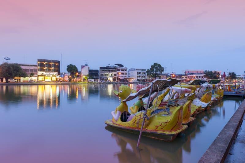 桶盖Phalanchai湖、Roi和省,东北泰国公园和地标,有鸭子在日落期间的脚蹬小船的 免版税库存图片