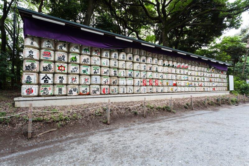 桶缘故被堆积在对het meiji极端爱国义者寺庙的入口在东京,日本 免版税库存图片