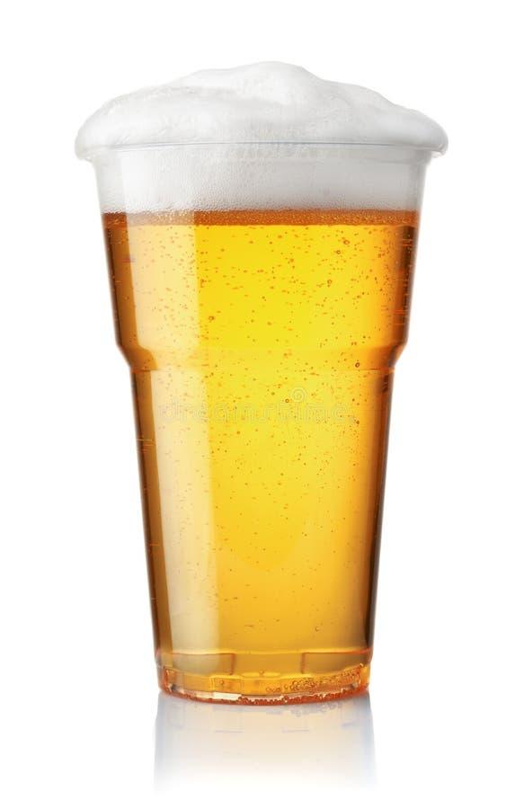 桶装啤酒正面图在塑料一次性杯子的 免版税库存图片