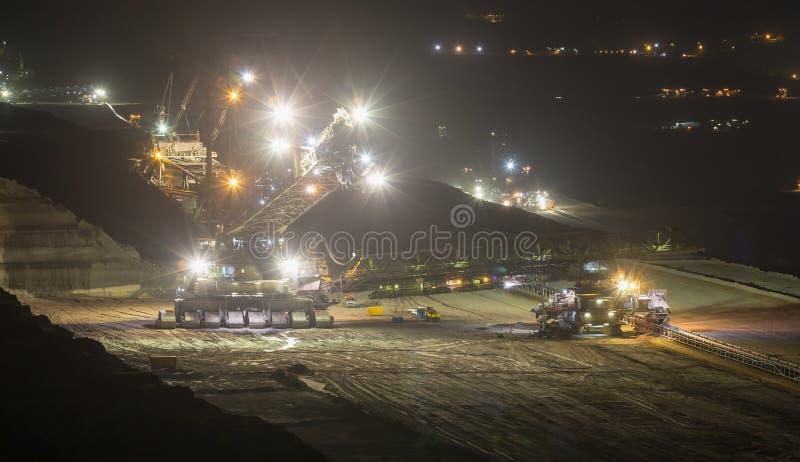 桶轮子挖掘机在露天开采的煤矿业的hambac的晚上 免版税图库摄影