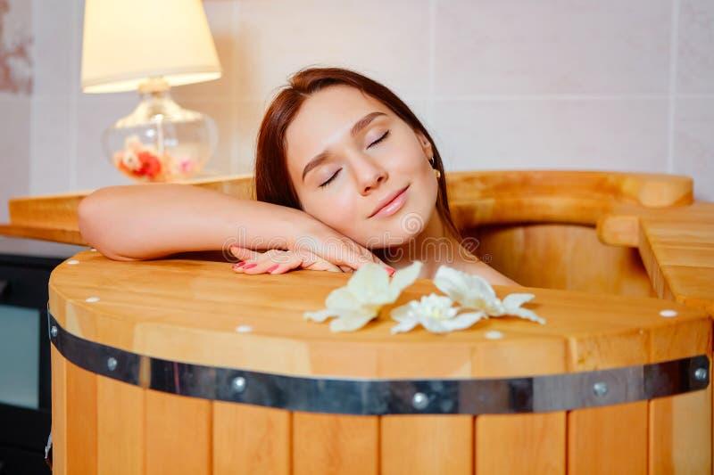 桶雪松 健康温泉蒸汽浴 aromatherapy?? 年轻秀丽妇女 o 免版税库存图片