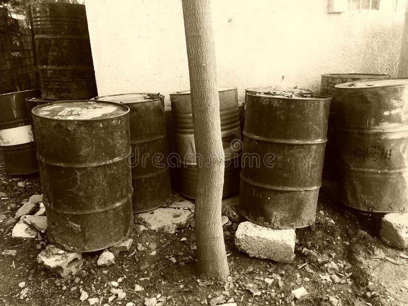 桶黑色例证油红色向量白色 库存照片