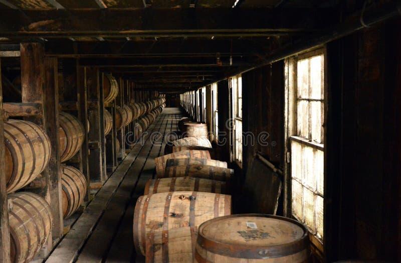 桶Burbon在治疗的棚子堆积了在肯塔基 免版税库存照片