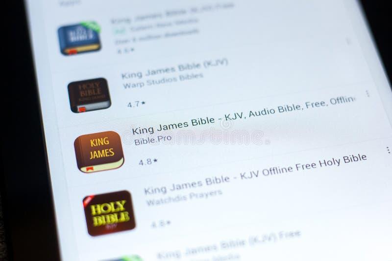 梁赞,俄罗斯- 2018年5月03日:在片剂个人计算机显示的流动apps名单的詹姆斯Bible国王象  免版税库存照片