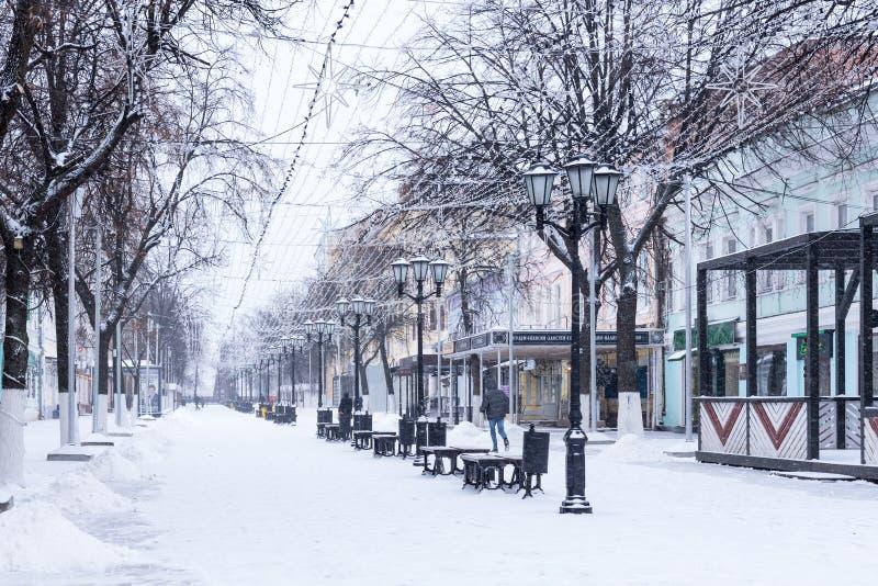 梁赞,俄罗斯- 2018年1月20日:步行者在新年和圣诞节装饰的Pochtovaya街道 库存图片