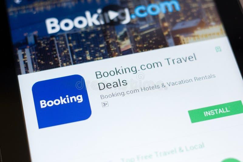 梁赞,俄罗斯- 2018年6月24日:预定 com旅行成交在片剂个人计算机显示的流动app  免版税库存图片