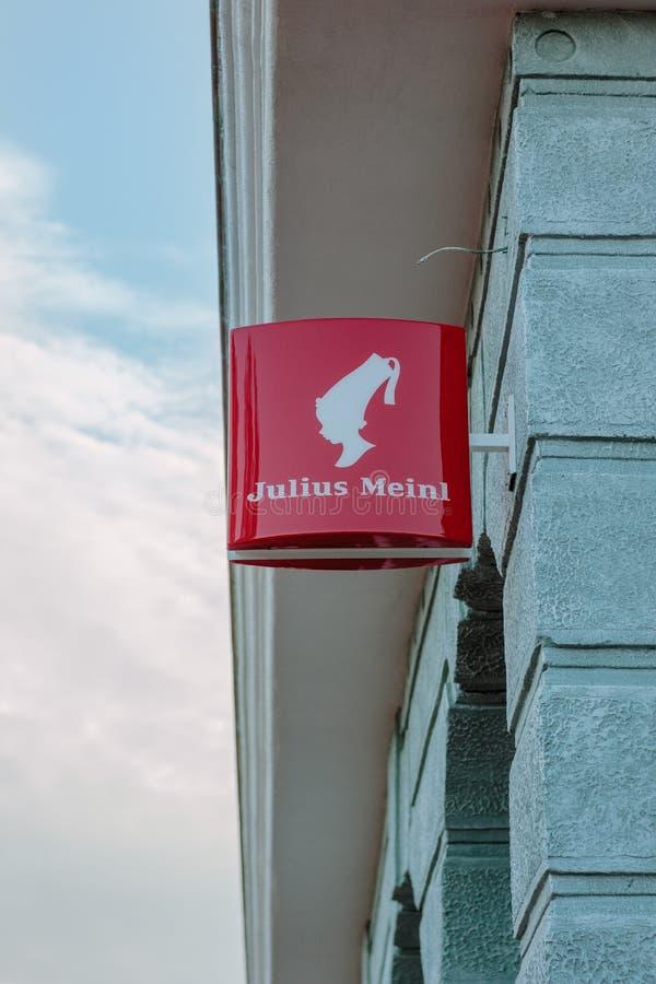 梁赞,俄罗斯- 2017年9月01日 在梁赞街道墙壁上的朱利叶斯Meinl商标  库存照片