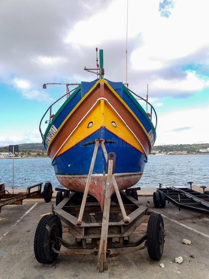 梅利哈,马耳他,2018年12月30日-传统colorfull马尔他渔船,马尔他luzzu,与欧西里斯的眼睛 图库摄影