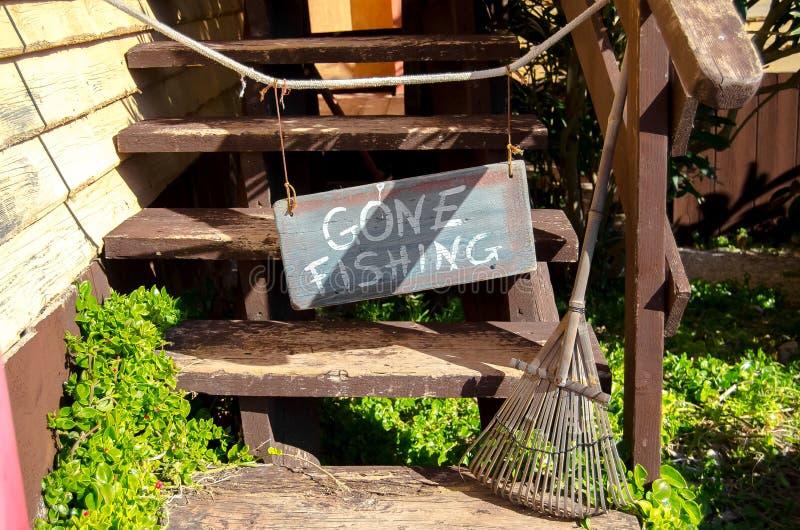 梅利哈,马耳他,2018年12月30日-去钓鱼在台阶的标志在橄榄房子的入口 图库摄影