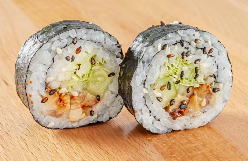梅基与三文鱼和卷心莴苣的寿司卷 库存照片