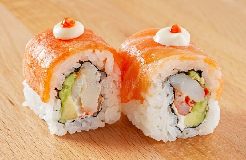 梅基寿司卷用三文鱼和乳脂干酪 图库摄影