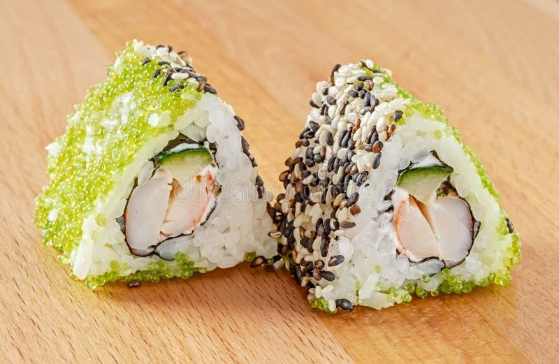 梅基寿司卷用虾和绿色Tobiko 免版税库存图片