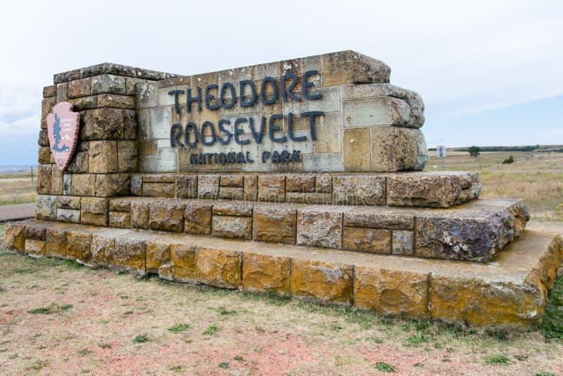 梅多拉,ND:西奥多・罗斯福国家公园的标志沿I-90在中西部在夏天 免版税库存图片